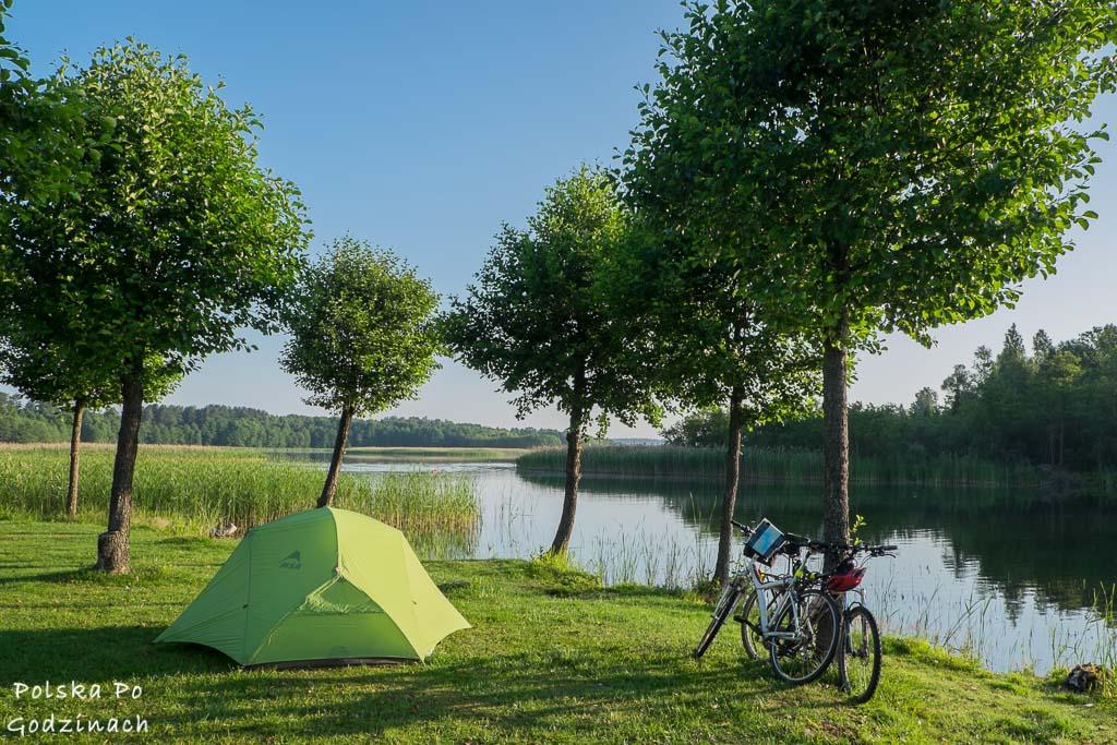 Pole namiotowe nad Jeziorem Wigry.