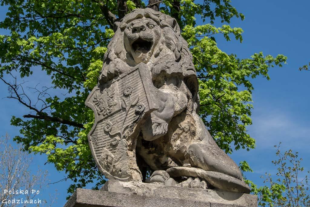 Figura lwa na bramie Zamku Boberstein w Dolinie Pałaców i Ogrodów.
