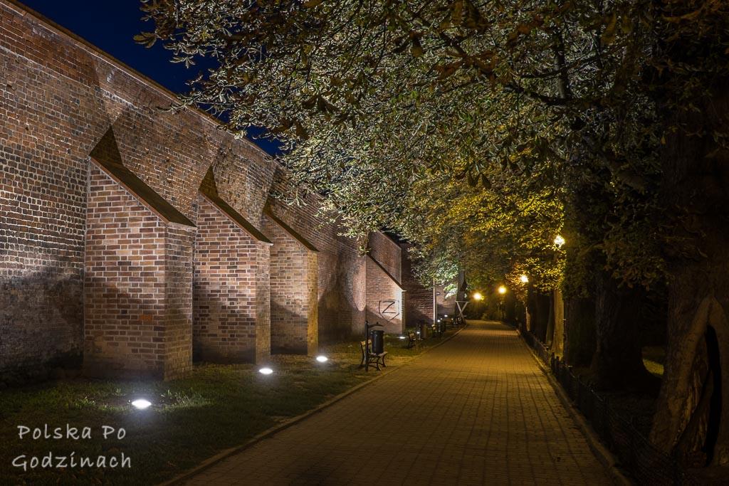 oświetlone nocą mury miejskie w Chełmnie