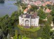 Zamek w Kórniku z lotu ptaka. W tle Jezioro Kórnickie.