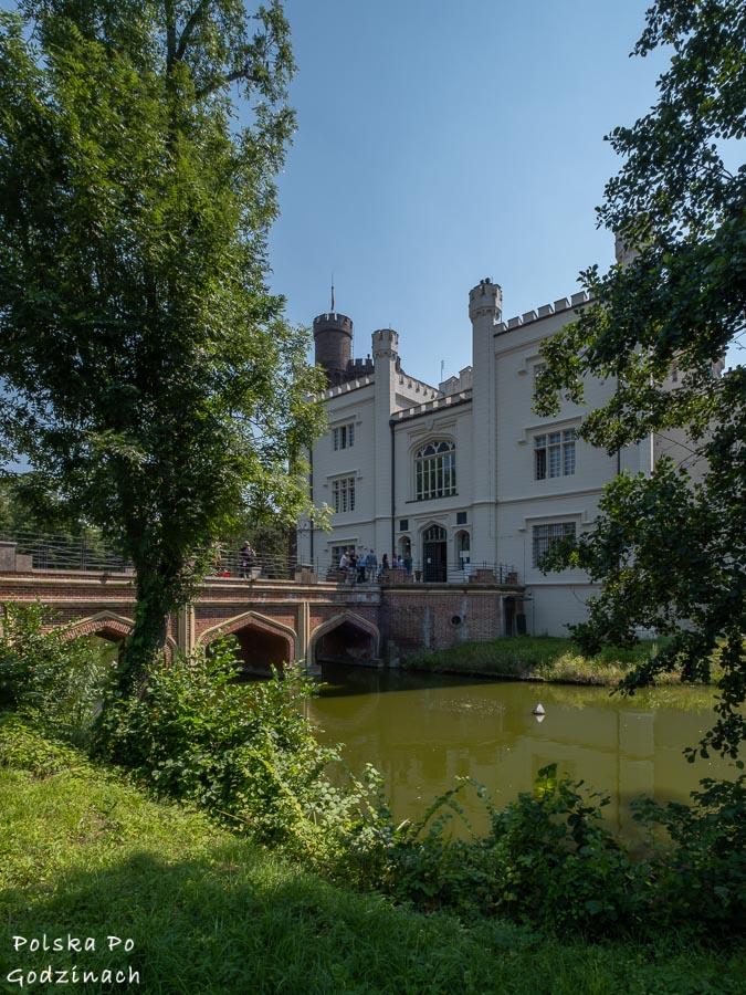Widok za Zamek w Kórniku od storny mostu nad fosą.