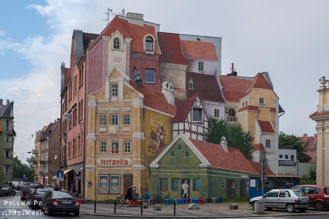 Słynny, kolorowy mural w Śródce to atrakcja Poznania.