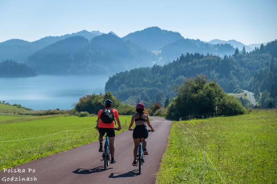 rowerzyści na Velo Czorsztyn koło Falsztyna z widokiem na Pieniny