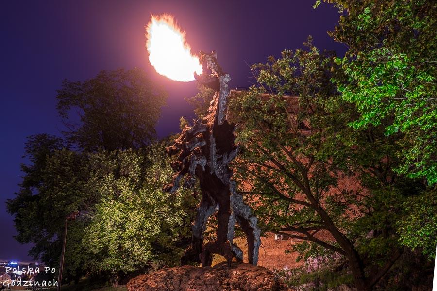 buchający ogniem smok wawelski to  nielada atrakcja Krakowa dla najmłodszych i nie tylko