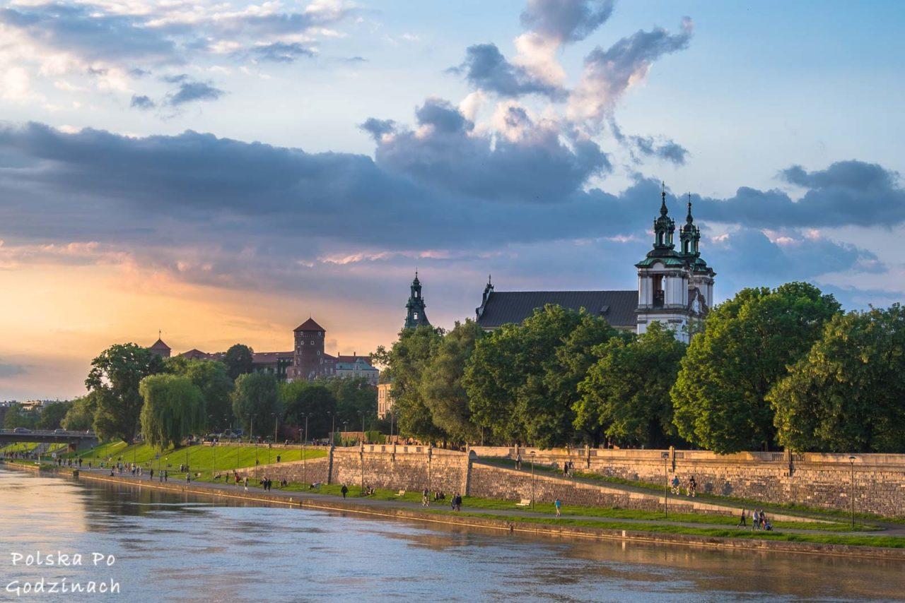 liczne, zabytkowe kościoły są atrakcją krakowa, tak jak widoczny kościół na skałce